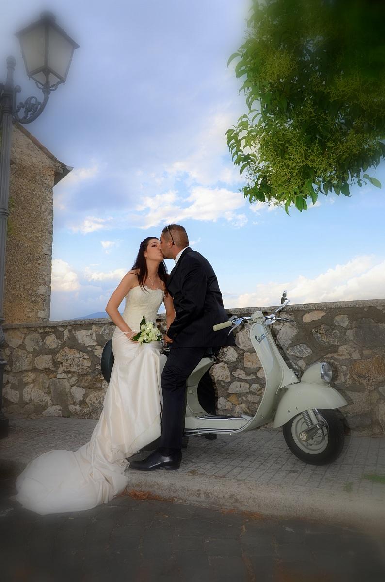 Matrimonio In Vespa : Sposi e vespa juzaphoto